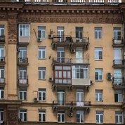 Ни что не уродует исторические фасады так сильно, как застекленные балконы. Никогда не понимал людей, которые беспощадно разрушают те и так не многочисленные памятники архитектуры, которые еще остались. Это как же нужно не любить свой город/дом, ограниченно мыслить, и не уважать соседей и себя, чтобы променять культурное наследие на несколько квадратных метров спорной площади, которые обычно просто захламляются всякой ненужной рухлядью,  место которой на помойке? #сталинки #сталинскиевысотки #убожество #рукиоторвать #архитектура #балкон #застекленные_балконы #остеклениебалкона #сайдинг #поубивалбы