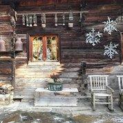 #Обшарпанность, бесспорно, имеет свой #шарм, особенно, если она естественная и находится в правильном месте. Хозяева это симпатичного отеля во французских Альпах начиная с 80-х годов строят, пристраивают и расширяют строения используя исключительно старую древесину, а иногда и целые амбары. Благодаря такому подходу, снаружи весь комплекс выглядит, как старинный #крестьянскийдвор. #архитектура, #дизайн #альпийскаядеревня #отель, #architecture #design #moderndesign #modernarchitecture #vintage #vitagestyle #vintagewood #староедерево #стараядревесина #luxuryhotel #timeless #timelessluxury