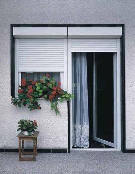 рольставни можно устанавливать на окна, двери, витрины и использовать как гаражные ворота
