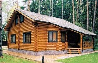 деревянные дома нужно хорошо защищать от влаги и застоя сырости