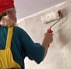жидкие обои наносят на стены с помощью шпателя, валика или пистолета-хоппера