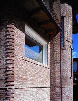 наружные стены, отделанные декоративным кирпичом, нужно обработать гидрофобизирующими составами