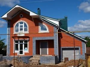 двухэтажный дом из пеноблоков, облицованный кирпичом
