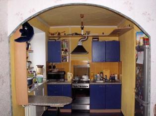 арка на кухне, оформленная с помощью гипсокартона