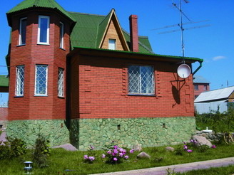 цоколь дома, облицованный речным камнем