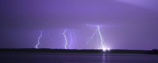сила тока в молнии может достигать 200 тысяч ампер