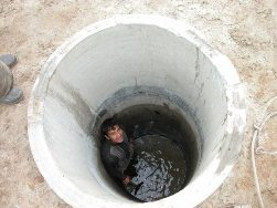из шахты откачивают лишнюю воду