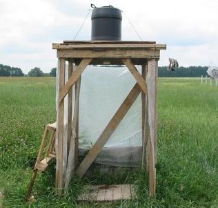 летний душ, обтянутый полиэтиленовой пленкой