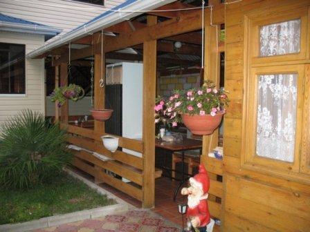 конструкция легкой летней кухни, примыкающей к дому