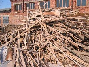 для внутренней отделки погреба и его крыши можно использовать горбыль