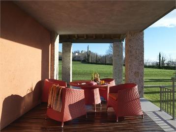 существует садовая мебель которая способна или не способна выдерживать прямое солнце