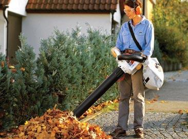 садовый пылесос втягивает листву в мешок