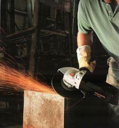 во время работы с болгаркой в рабочего могут отскакивать искры и осколки материала, поэтому лучше одеть щиток на лицо и защитный костюм