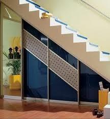 шкафы, встроенные в нише под лестницей
