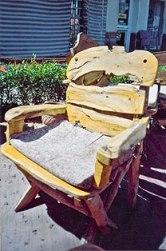 стул из гнутых бревен и сучьев