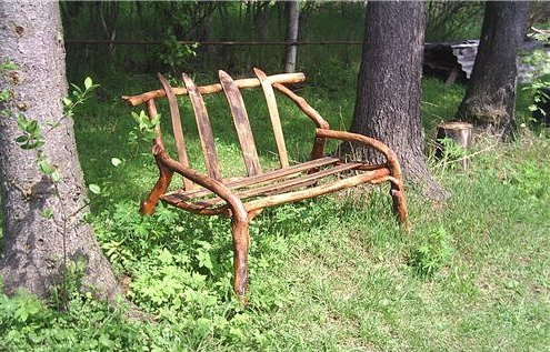 скамейка из крепких сучьев