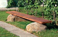скамейка с опорами из камней-валунов