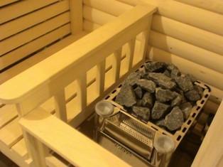 каменку загораживают деревянной решеткой