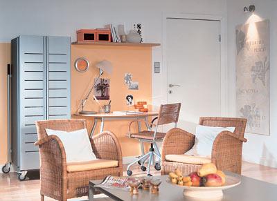 рабочий уголок сливается по цветовой гаме и стилю мебели с остальной гостиной