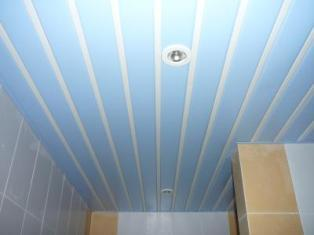 реечный пластиковый потолок удобен для влажных помещений