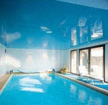 натяжные потолки можно помещать в комнатах с повышенной влажностью