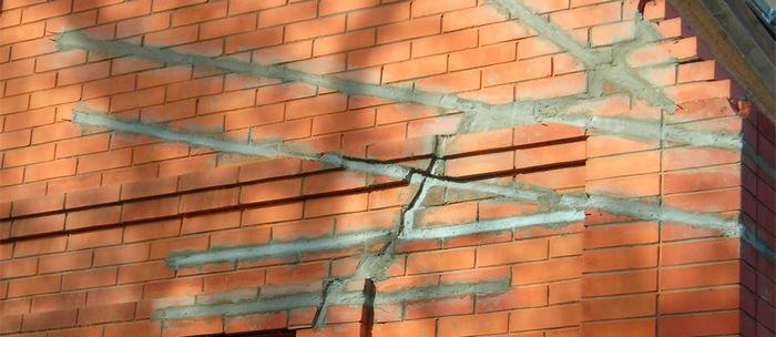 Определяем причины появления трещины в стене дома