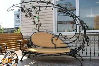 При этом нередко скамейка садовая может сочетать в себе самые различные материалы - ковку и дерево, мрамор и металл...