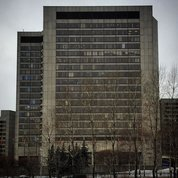 Сколько же восторга вызывало это #здание в детстве! Знаменитый #ЦМТ или #хаммеровскийцентр в начале 80-х был олицетворением западной архитектуры и вообще всего западного. Был символом успеха (больше,  чем #москвасити сегодня) и попасть туда было огромным событием, недоступным простым смертным.  Интересен тот #факт, что группой проектировщиков этого комплекса руководил уже семидесятилетний советский и очень заслуженный #архитектор Михаил Посохин, автор одной из самых известных сталинских высоток Москвы - #высотканабаррикадной. Вот уж точно, #ижнецинадудеигрец ! #архитектура #архитектурамосквы #посохин #цветамосквы #architecture #modernarchitecture #timeless #1980s #stonebuilding
