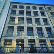 Не перестаю восхищаться умением немецких архитекторов создавать объекты вне времени. Это #здание выглядит классическим современным одновременно. При этом, несмотря на незатейливые #пропорции и #ритм, выглядит очень #элегантно и даже, не побоюсь этого слова, #дорого.  #архитектура #дизайн #немецкаяархитектура #architecture #design #modernarchitecture #современнаяархитектура #классика #stonebuilding #düsseldorf #kö #koe #koenigsallee
