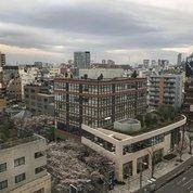 Первое, что бросается в глаза в Токио - это опрятность. Все не новое, но аккуратное и при этом очень живое. Даже ржавчина там, где она вообще есть, выглядит уместно и эстетично. Архитектура, на первый взгляд, разнообразием форм и цветов не балует, здания в массе своей тоже не новые, но , например, в отличает от Гонконга,  не смотрятся устаревшими морально и обветшало. Современные же постройки на таком фоне особо не выделяются и гармонично вписываются в общий контекст и при этом на крышах многих из них расположились милые садики с гравийными дорожками и трогательными нано-водоемчиками.  #архитектура #дизайн #архитектураяпонии #цветагорода #большойгород #город #мегаполис #токио #architecture #design #tokyo #tokyoarchitecture #tokyocity #каменныеджунгли